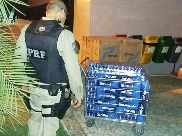 Caixas de cigarros apreendidas foram levadas para a sede da Polícia Federal, em Natal (Foto: PRF/Divulgação)