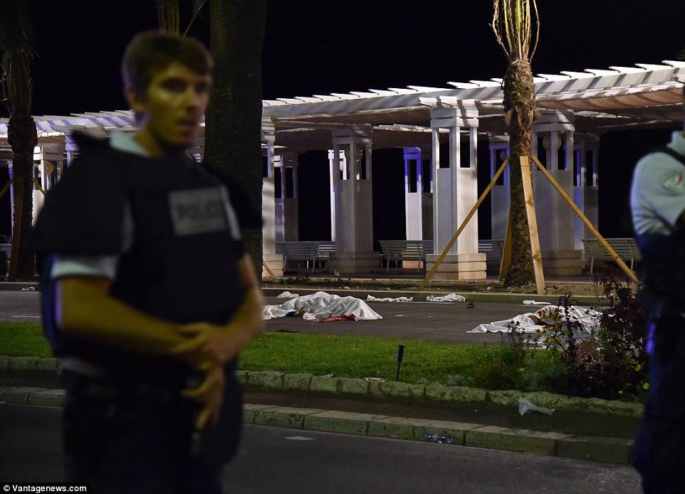 Em guarda: França permanece em um estado de emergência nacional após uma série de ataques terroristas terríveis em solo francês no ano passado