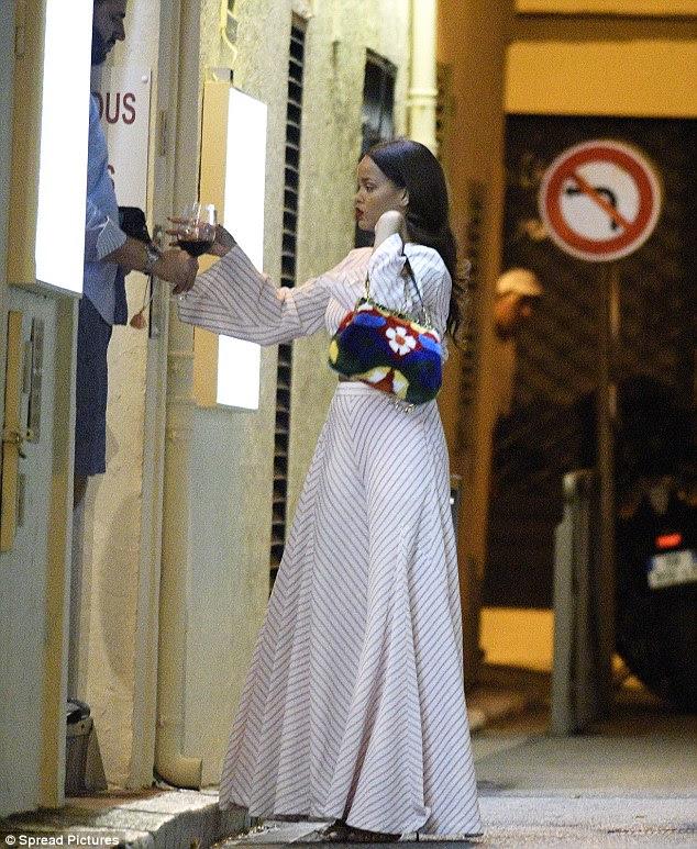 Lugar errado, hora errada: A cantora usava um top de culturas branca e calças correspondentes enquanto carregava uma bolsa designer.  Seu cabelo e maquiagem foram feitas para o jantar na pequena cidade histórica que está entre Cannes e Nice