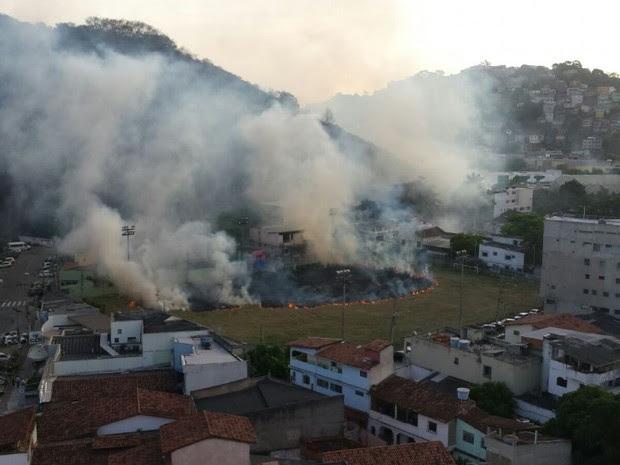 Área de campo de futebol pegou fogo, em Vitória (Foto: Dennis Adam/ Internauta)