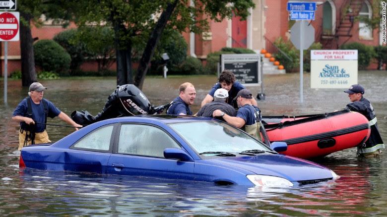 أعضاء نورفولك النار الإنقاذ سحب الرجل من سيارته في نورفولك، فيرجينيا، يوم الأحد 4 أكتوبر.