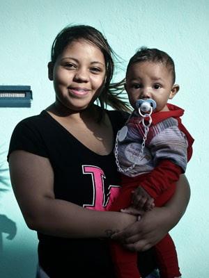 Sheila Andrade, 17 anos, e o filho Brayan, de seis meses (Foto: Caio Kenji/G1)