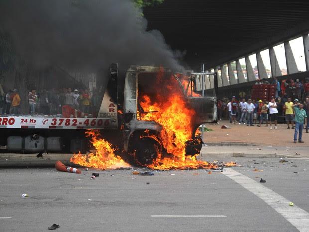 Caminhão é incendiado na Ceagesp durante protesto contra a cobrança de estacionamento no local (Foto: Edno Luan/ Futura Press/ Futura Press/Estadão Conteúdo)