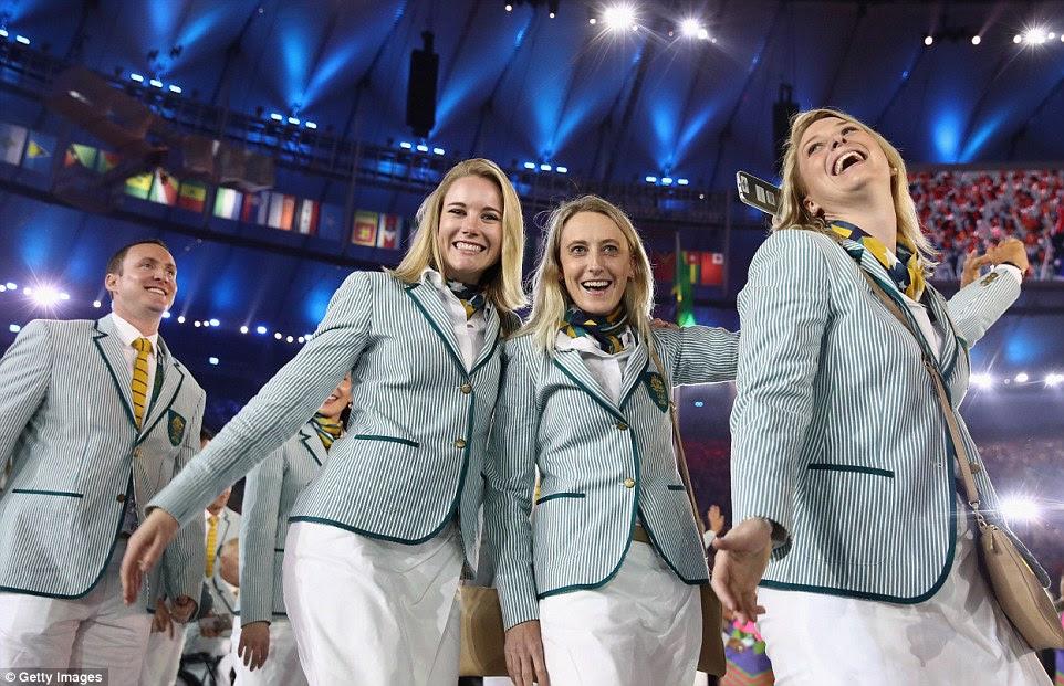 Os membros da equipa Austrália participar da Cerimônia de Abertura dos Jogos Olímpicos Rio 2016 no estádio do Maracanã