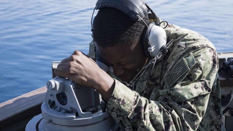 Αμερικανός στρατιώτης στο καταδρομικό  Ντοναλντ Κουκ που βρίσκεται στη Λάρνακα .EPA, SEAMAN ALYSSA WEEKS, US NAVY