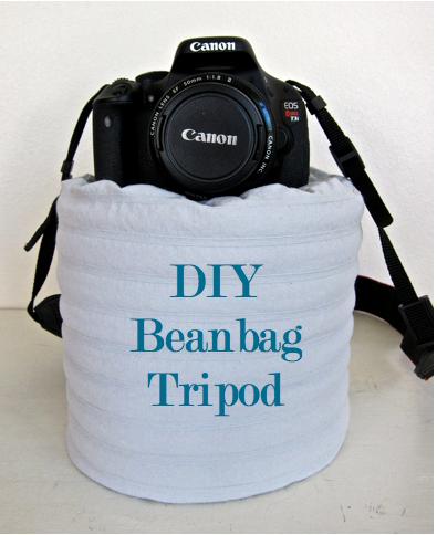Cámara fotográfica sobre una bolsa de frijoles