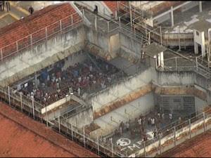 Detentos fazem rebelião no CDP do Putim, em São José dos Campos (Foto: Reprodução/ TV Vanguarda)