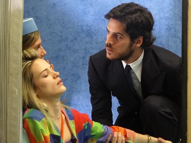 Inês e Rafael ajudam Vitória  (Foto: Carolina Caldas/Gshow)