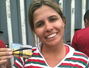 torcedora com ingresso do Fluminense