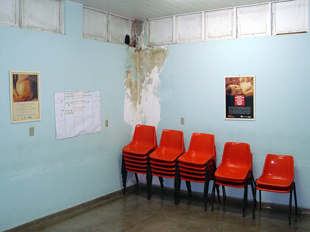 Reboco da parede soltando e marcas de infiltração foram registradas pelo CRM no Hospital das Clínicas. (Foto: Divulgação/ CRM)