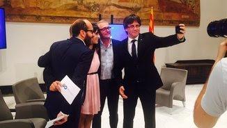 Puigdemont es fa una selfie amb els periodistes que condueixen l'entrevista (@TwitterPolitica)