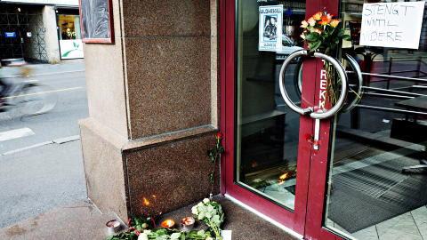 DREV WALDEMARS: Det ble lagt ut blomster utafor Waldemars Kafe etter drapet. Foto: Nina Hansen / Dagbladet