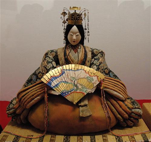 http://travellingcam.files.wordpress.com/2007/08/toyama-museum-hina-doll-8bis.jpg