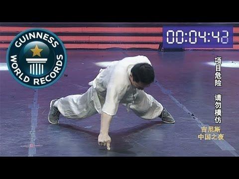 video que muestra a un hombre haciendo flexiones con un solo dedo