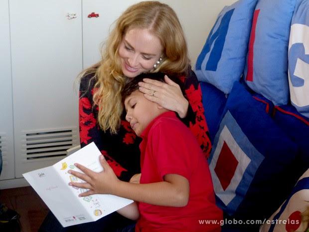 Que fofura! Angélica vê cartinha que Miguel escreveu para o futuro bebê (Foto: Estrelas/TV Globo)