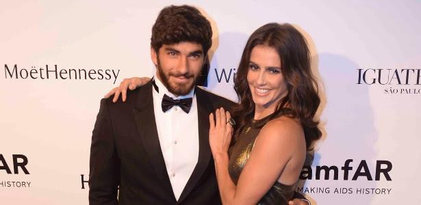 Deborah Secco posa ao lado do namorado Hugo Moura