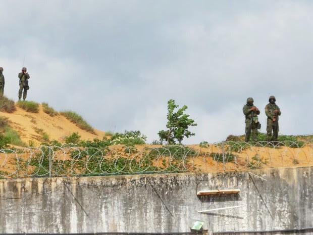 Além da revista interna, militares da Marinha também montaram guarda do lado de fora de Alcaçuz (Foto: Marinha do Brasil/Divulgação)