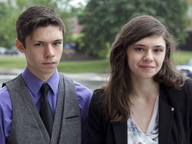 Nicole Maines (à direita), ao lado do irmão gêmeo Jonas, luta pelo direito de usar banheiro feminino (Foto: Robert F. Bukaty/AP)