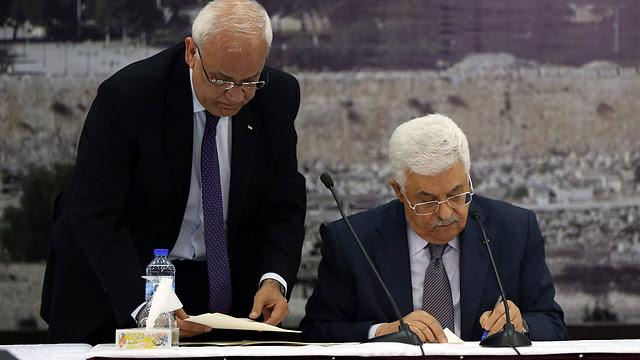 Mahmoud Abbas signing international treaties on January 1 (Photo: EPA)