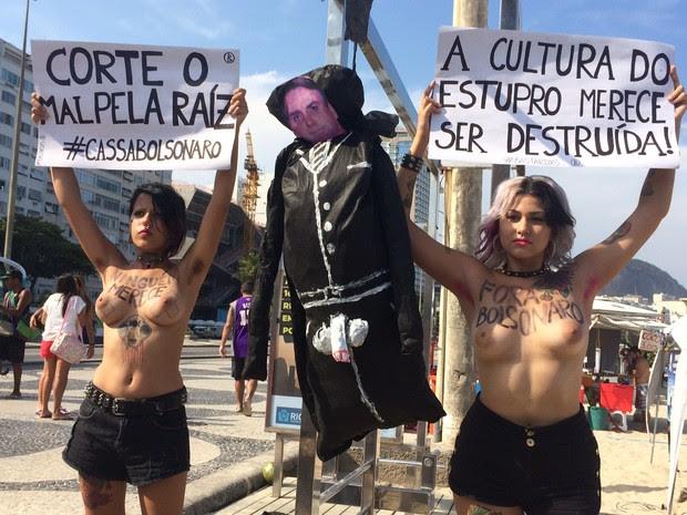 Ativistas protestam contra Bolsonaro na orla do Rio (Foto: Gabriel Barreira / G1)