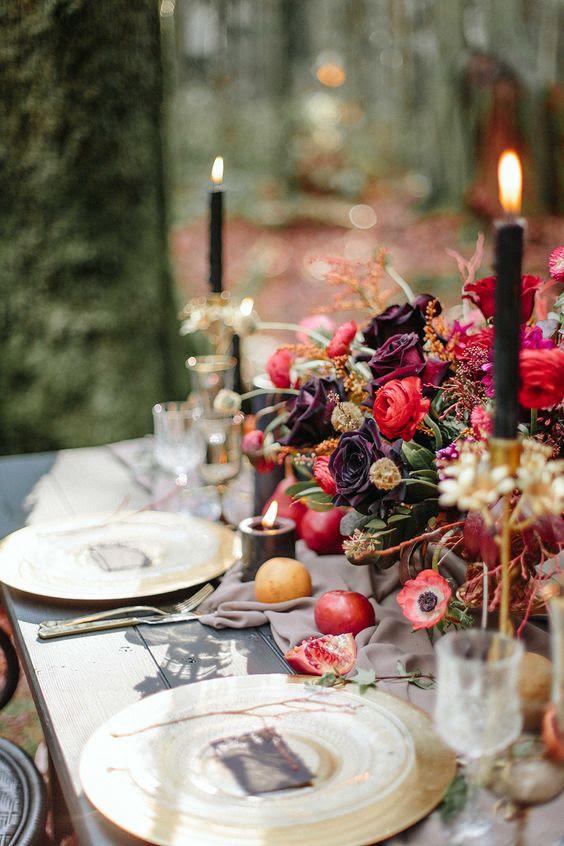 eine raffinierte moody ' wedidng tablescape mit dunklen Blumen, Granatäpfel und vergoldete Ladegeräte