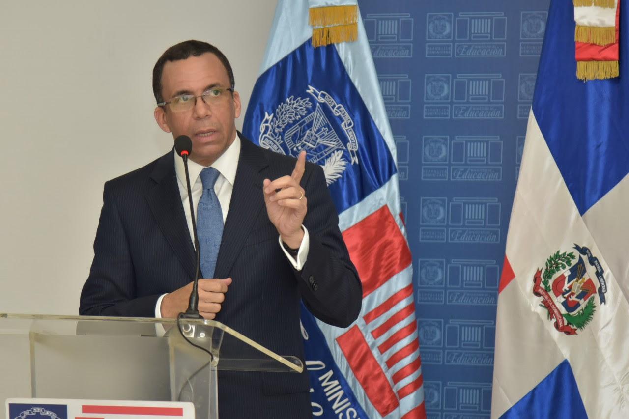 imagen Ministro Andrés Navarro de pie en podium se dirige a los medios