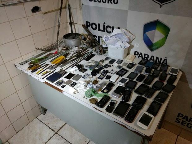 Mais de 30 celulares, alicates, estoques, serras e drogas foram encontrados com presos da cadeia de Ibiporã durante uma revista (Foto: Vinicius Frigeri/RPC)