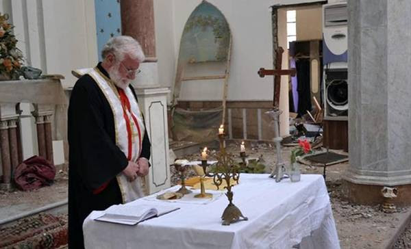 Dopo tre anni, padre Naama celebra messa nella cattedrale siro-cattolica di Homs