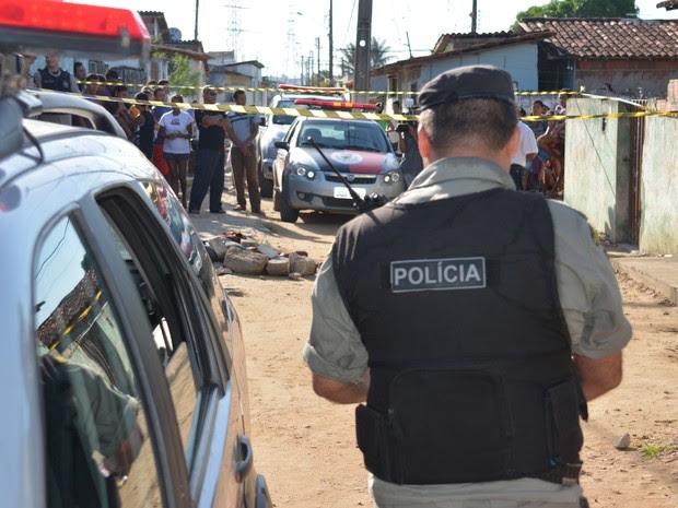 Morador de rua foi encontrado morto embaixo de pedras em frente a igreja em João Pessoa (Foto: Walter Paparazzo/G1)