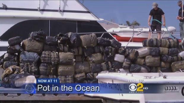 Pacotes de maconha são amontoados no porto de Dana Point, na Califórnia (Foto: Reprodução/CBS Los Angeles)