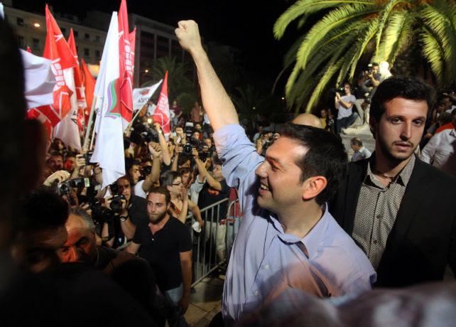 Alexis Tsipras, líder de Syriza, saluda a sus seguidores el pasado domingo 17 de junio de 2012, en Atenas, en la noche de las segundas y decisivas elecciones griegas.