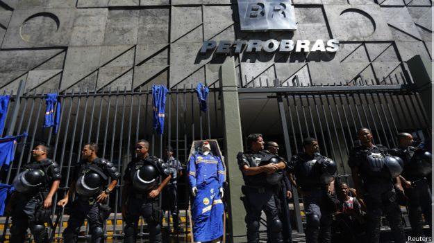 Caixão simbólico em protesto dos funcionários da Comperj diante da Petrobras (Reuters)