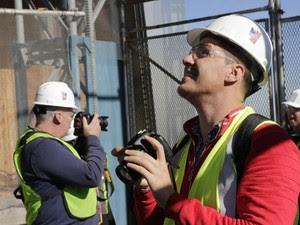 Filip Michalowski (à dir.), e William Duffy (à esq.) fazem o tour no One World Trade Center (Foto: Mark Lennihan/AP Photo)
