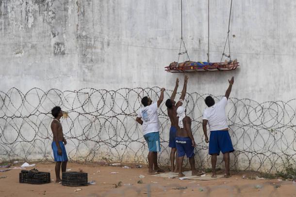 Alcaçuz completa 7 dias sob controle de presos e governo improvisa muro