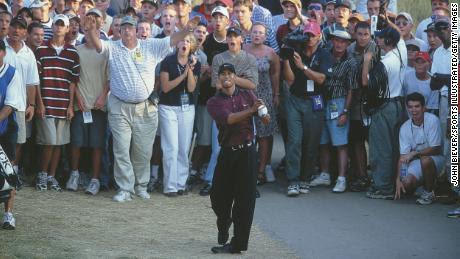 Woods hace su segundo tiro el día 18 durante el tercer hoyo de desempate en el Campeonato de la PGA.