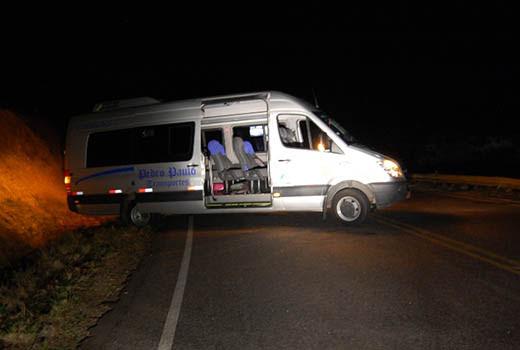 Criminosos obrigaram pacientes a descerem de van e atravessaram veículo na pista   Foto: Reprodução/ Blog Agmar Rios Notícias