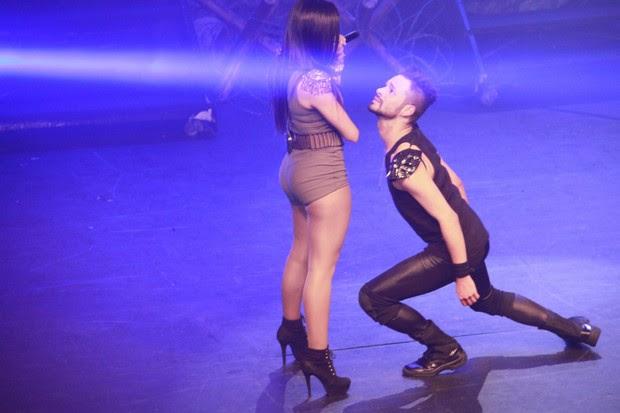 Anitta com o bailarino Raphael Parysian (Foto: Isac Luz/Ego)