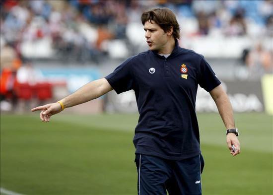 El entrenador del RCD Espanyol, el argentino Mauricio Pochettino, dirige a sus jugadores desde la banda. EFE/Archivo
