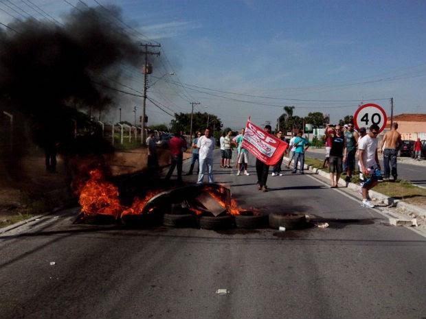 Ex-funcionários da Emerson durante protesto na manhã desta quinta-feira (9) em Jacareí (Foto: Eduardo Marcondes/TV Vanguarda)