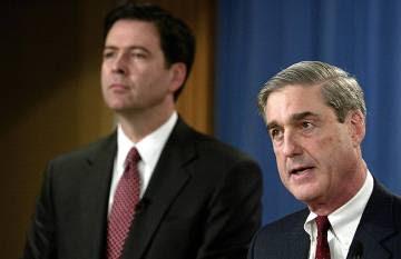 James Comey (izquierda) y el entonces director del FBI, Robert Mueller, en 2004.