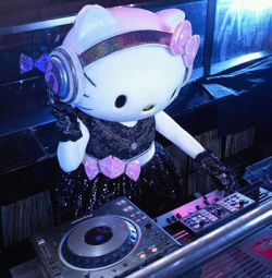 It's DJ Hello Kitty!! ♥♥♥ Fill yourself with more kawaii images only here at Kawaii Blast, where kawaiiness keeps on blasting!