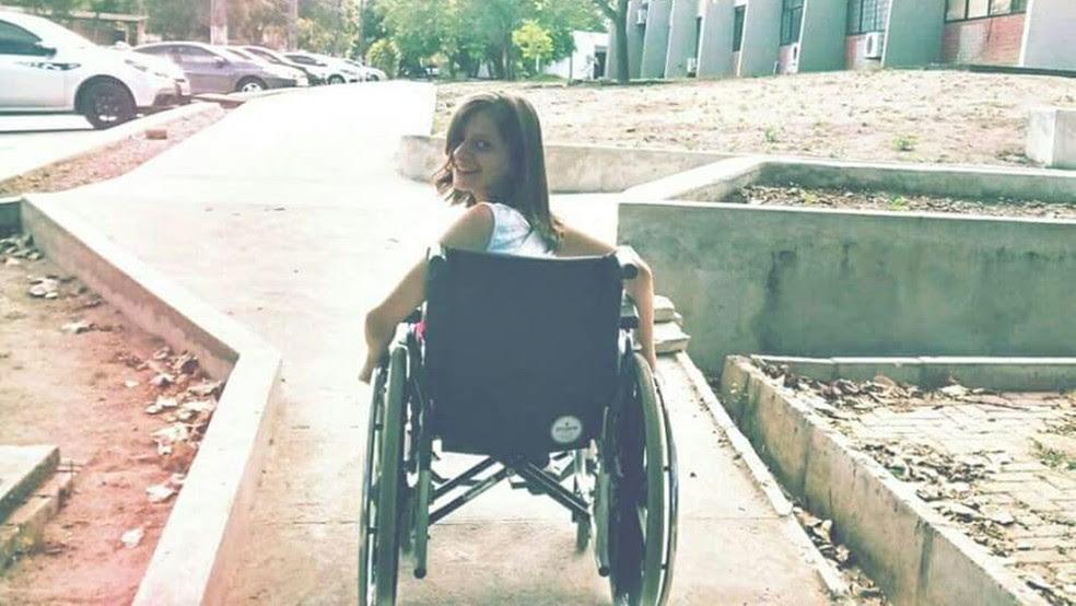 Liana é cadeirante e tem dificuldade para acessar certas áreas da UFPB (Foto: Liana Coliselli/Arquivo Pessoal)
