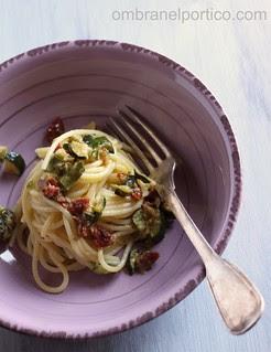 Spaghetti con zucchine e pomodori secchi