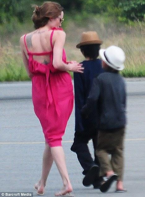 Angelina Jolie com seus filhos adotivos Maddox e Pax