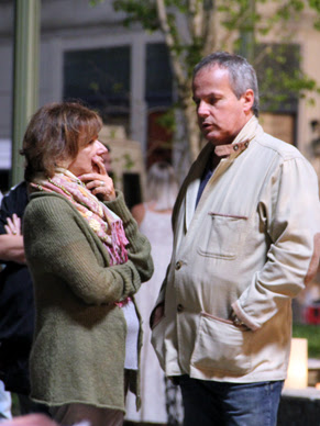 O diretor Jayme Monjardim e a produtora de arte Tiza Oliveira conversam sobre vídeo (Foto: TV Globo / Camila Crespo)