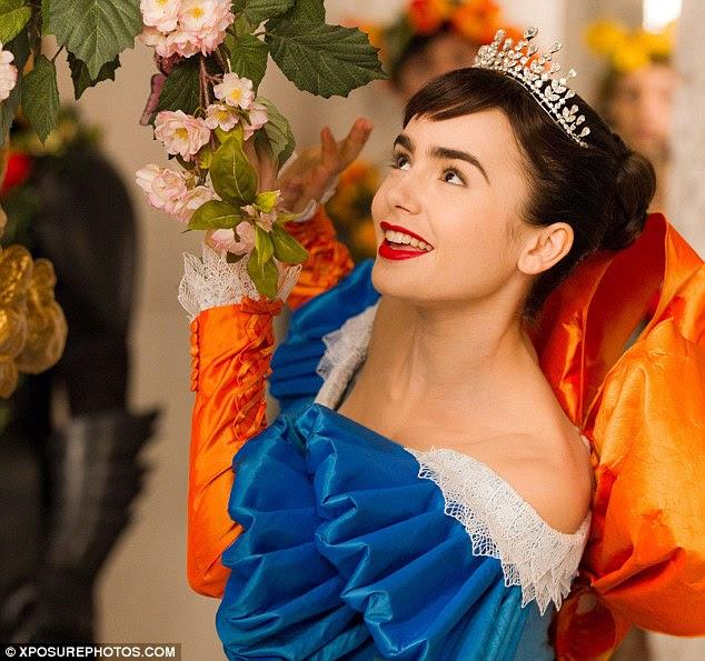Impressionante: Em um aceno para a versão Disney do personagem de conto de fadas, Lily sai em um azul royal e vestido branco
