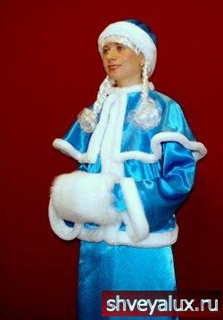 Костюм Снегурочки ПРИНЦЕССА. Аксессуары – рукавички, шапочка, муфточка из песцового меха, косички и пелерина.