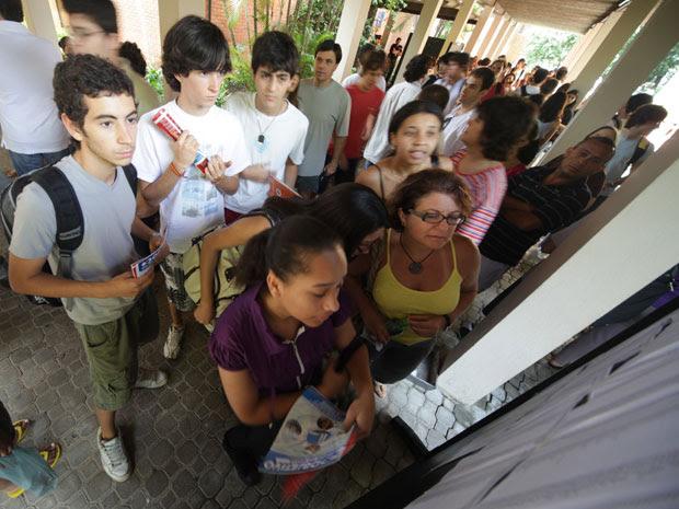 Candidatos conferem local da prova na Faculdade de Educação da USP (Foto: Mateus Modini/G1)