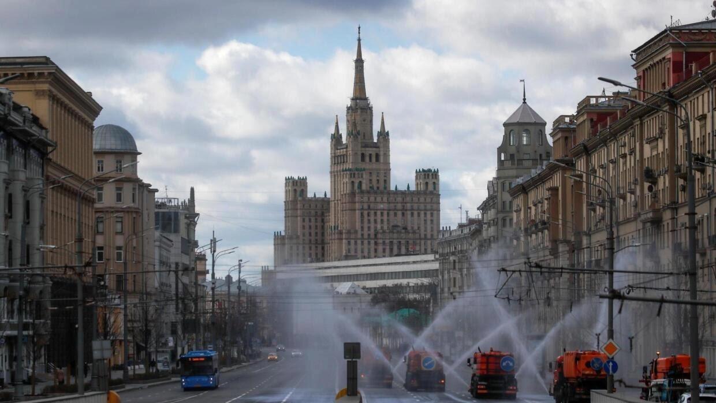 (Ảnh minh họa) – Thủ đô Matxcơva vắng vẻ vì dịch bệnh Covid-19. Một trục đường chính đang được phun xịt khử trùng, ngày 12/04/2020.