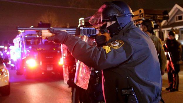 Un policía frente a una protesta en Misuri, Estados Unidos.